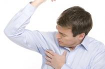 Причины повышенной потливости подмышек у мужчин: внешние и физиологические факторы