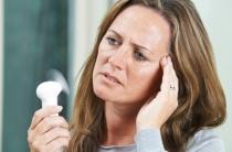 Как избавиться от потливости при климаксе: эффективные медикаментозные и народные методы
