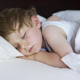 Почему потеют дети во время сна: все возможные причины и методы их устранения
